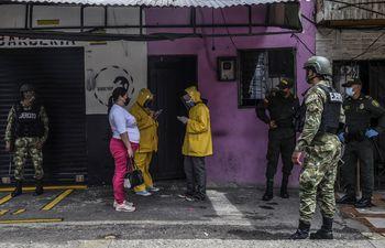 Las autoridades locales entrevistan a los residentes del barrio de Santa Cruz en Medellín, Colombia, el 1 de junio de 2020 durante la pandemia de coronavirus Covid-19.