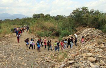 Venezolanos saliendo de su país por un paso fronterizo irregular. Unos 5 millones y  medio de personas han huido de la espantosa crisis económica y la represión política en Venezuela, donde el chavismo rige el país desde hace dos décadas.