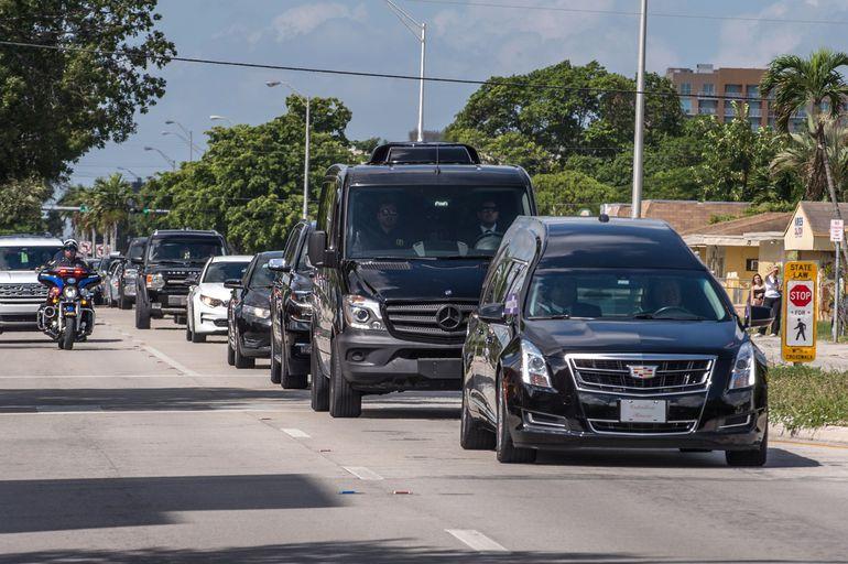 La caravana de vehículos que transportaba el cuerpo del cantante José José llegaba este domingo al Miami Dade Auditorium, en Miami, Florida (EE.UU.).