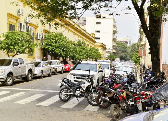 Doble y triple fila se puede ver en varias calles.  En Chile y Pyo. Independiente las motos cierran veredas y pasos peatonales.