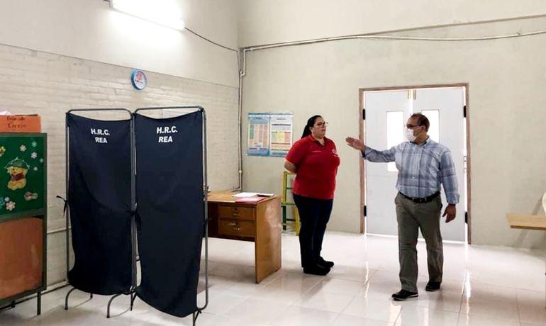 El gobernador de Cordillera,  Hugo Fleitas (PLRA),  verifica el espacio reacondicionado para que funcione como urgencias pediátricas respiratorias.