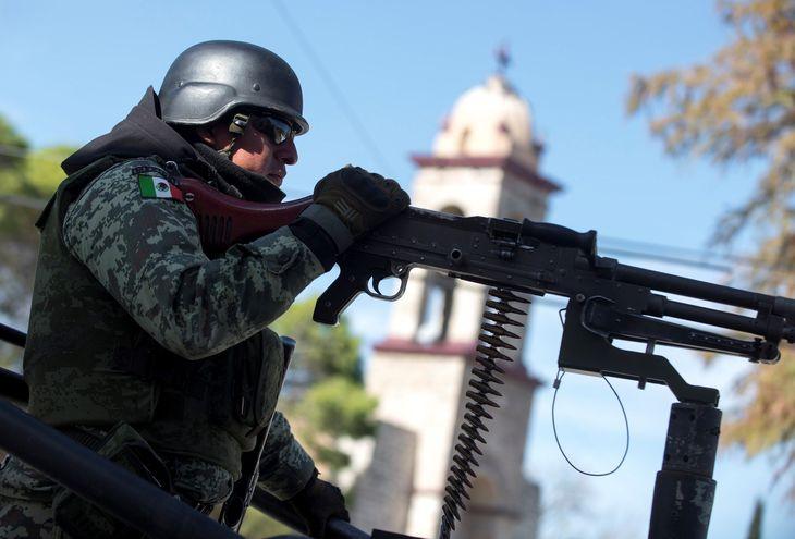 Un agente de la Guardia Nacional mexicana patrulla en la población de Villa Unión, en el estado de Coahuila.