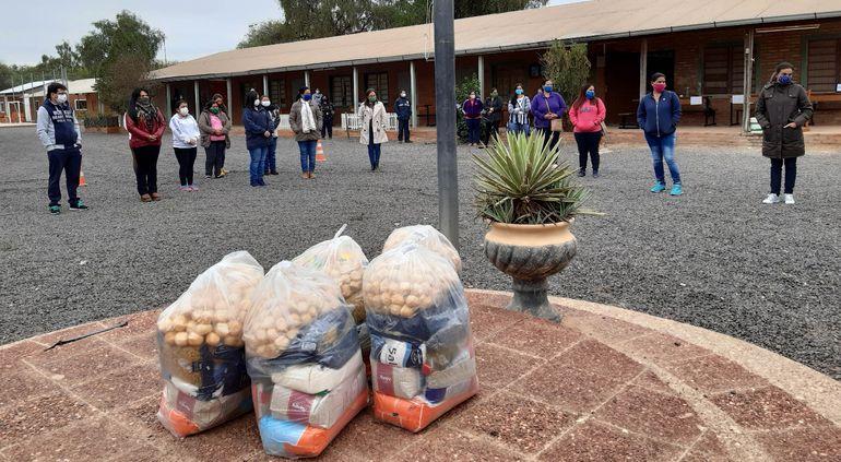 Padres de familia recibieron ayer los kits de alimentos en reemplazo del almuerzo escolar.
