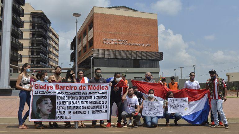 Un grupo de ciudadanos esteños escrachó a la ministra Gladys Bareiro de Módica acusándola de defender a jueces prevaricadores.