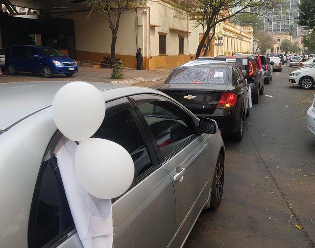 Fila de vehículos frente a la Catedral de Asunción en la mañana de este domingo.