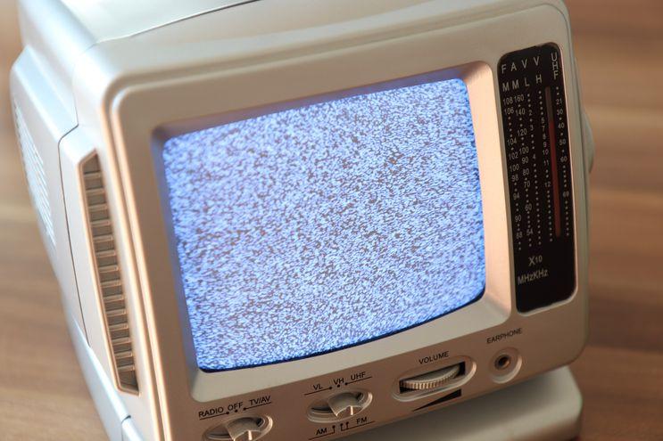 Un televisor analógico en una foto ilustración.