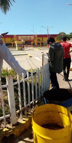 Personas fuera del Hipermercado Luisito en la mañana de este miércoles.