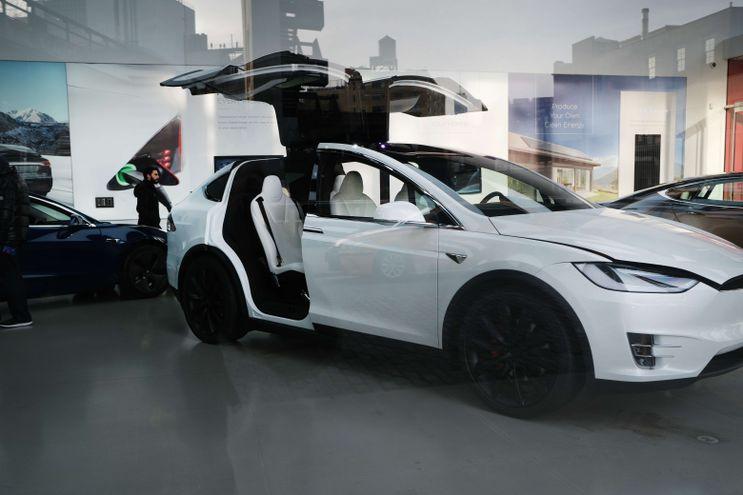 Un vehículo Tesla expuesto en una concesionaria de Manhattan, Nueva York.