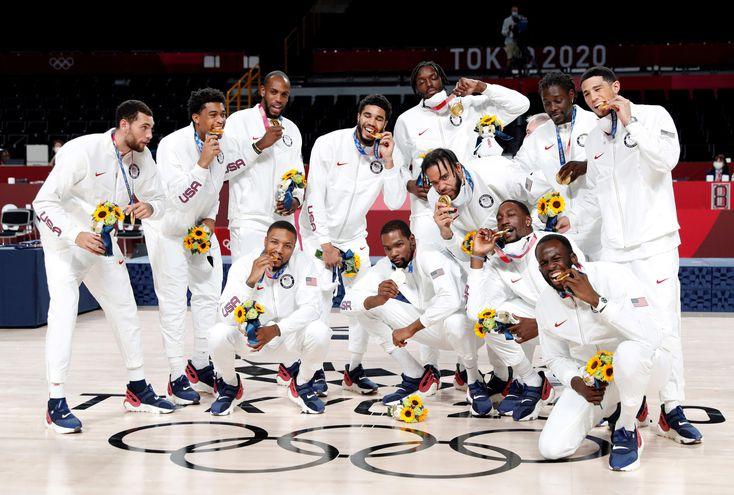 Los jugadores de la selección estadounidense de baloncesto festejan la conquista de la medalla de oro en Tokio 2020.