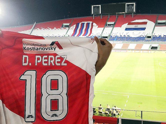 """La camiseta del """"Loco"""" Pérez, en el Defensores del Chaco."""