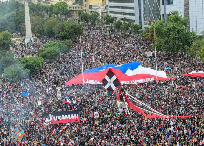 Una nueva tarde de incidentes y manifestaciones se registró este viernes en Chile.