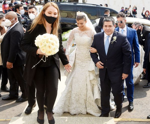 Transparencias y encaje con falda superpuesta fueron detalles en el vestido de la novia.
