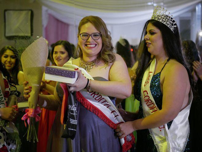 Ofelia Zelaya (c) es coronada como Miss Gordita Paraguay 2019 el 5 de octubre de 2019 en San Lorenzo (Paraguay).