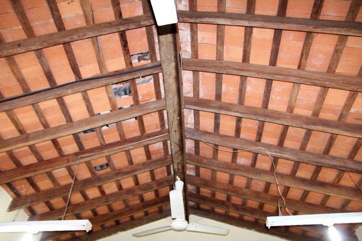 Espacios vacíos en los cuales estaban  tejuelones del techo del  aula utilizada por los alumnos del primer grado. Varios cayeron fuera del horario de clases.