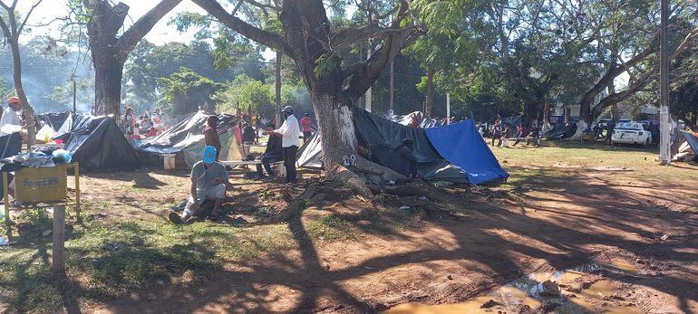 Los nativos están por mas de una semana apostados frente al predio del Instituto de Previsión Social (IPS) de Coronel Oviedo, para exigir asistencia Estatal.