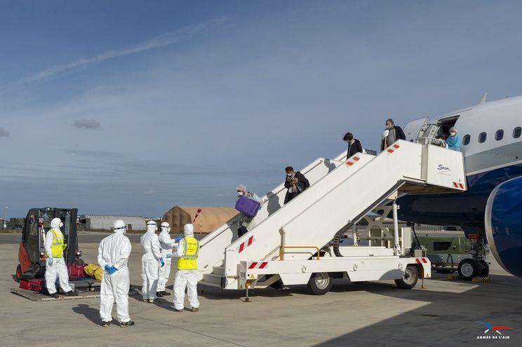 Ciudadanos franceses evacuados de Wuhan llegaban a la base aérea Istres-Le Tube, el pasado 9 de febrero.