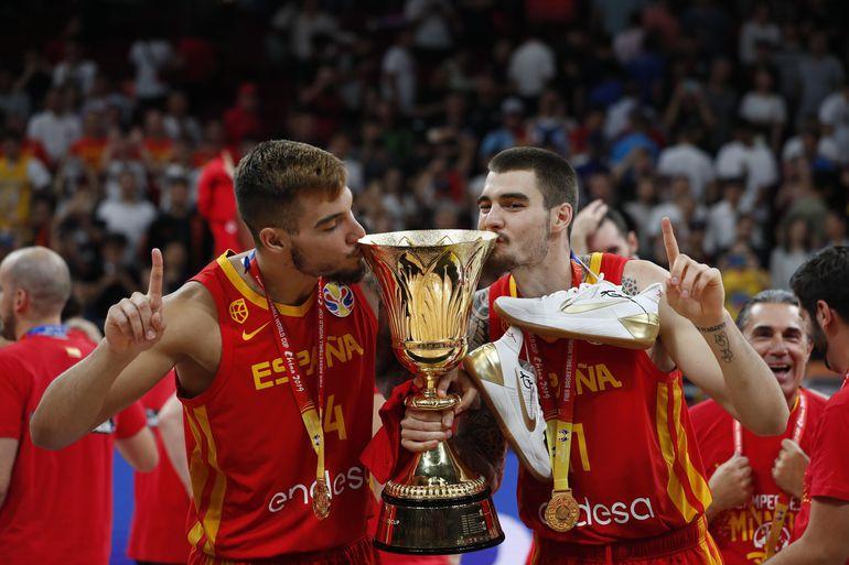 La celebración de los europeos tras recibir el trofeo.