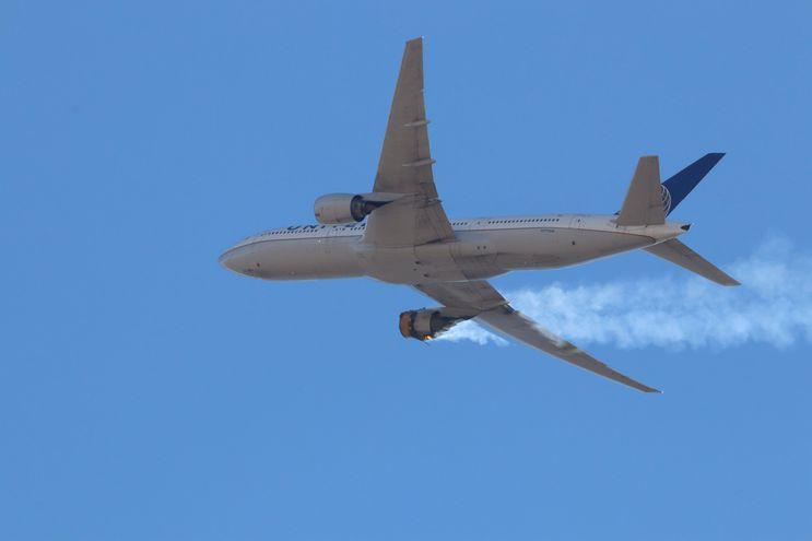 Imagen del Boeing 777 que tuvo una falla en una de sus turbinas mientras sobrevolaba la ciudad de Denver, colorado, Estados Unidos, este domingo 21 de febrero.