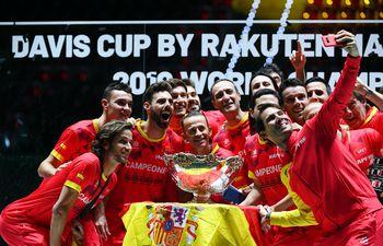 La selfie de los campeones 2019 de la Copa Davis de tenis, con Rafael Nadal como protagonista sacando la foto con su celular. España conquistó su sexta corona.