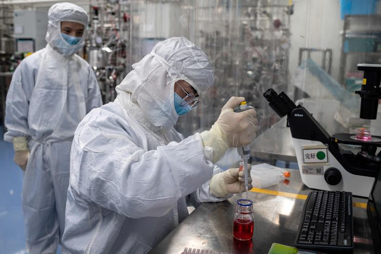 Sinovac Biotech, en Pekín, China, ensaya una vacuna experimental contra el coronavirus.