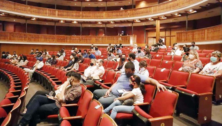 Vista del público en el Teatro Municipal -durante el concierto de la OCMA- donde el aforo máximo es de 75 personas.