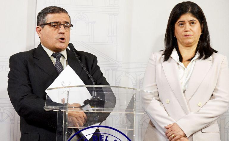 El titular Anticorrupción, René Fernández, y la asesora jurídica de la Presidencia, Mónica Seifart, ayer en Palacio de López.