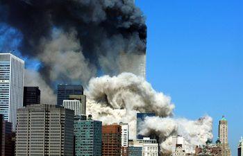 En esta foto tomada el 11 de setiembre de 2011 se puede ver la columna de humo que sube al cielo luego de que colapsara la primera de las Torres Gemelas.