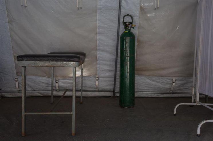 Una bombona de oxígeno en el área de emergencias de un hospital público.