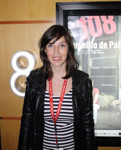 """Renate Costa frente al cartel de """"108 Cuchillo de Palo"""", en el BAFICI."""