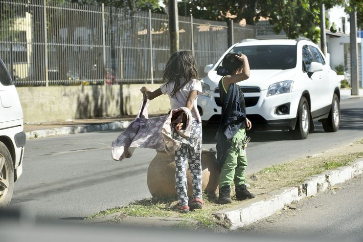 Los niños y niñas van ocupando las calles de Asunción en busca de alguna limosna arriesgando sus vidas en la vía pública.
