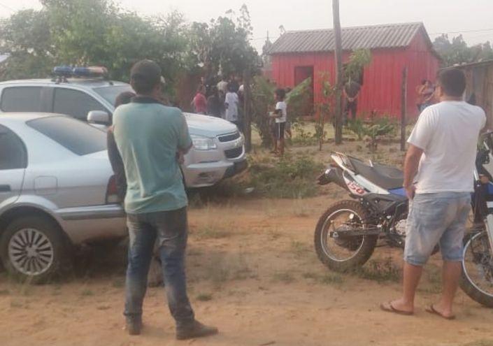 Agentes policiales interrogan a los testigos en el lugar donde fue asesinada a tiros la peluquera Teresa Marecos, ayer de tarde.