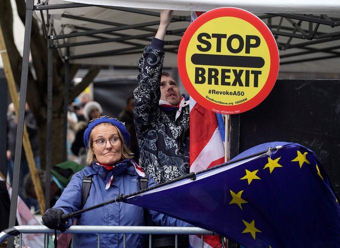 Manifestantes antibrexit en las afueras del Parlamento, en Londres.