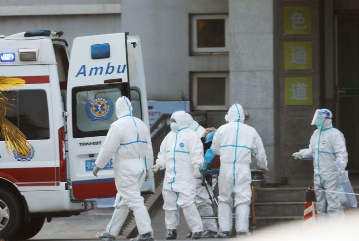 Médicos transportan a pacientes a un hospital en Wuhan.
