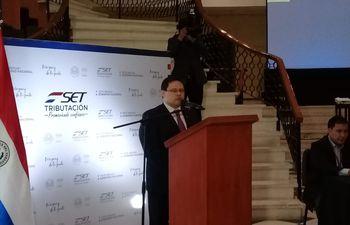 Óscar Orué se mostró emocionado al asumir el cargo y recordó que comenzó como ordenanza en la Dirección General del Tesoro Público del Ministerio de Hacienda.