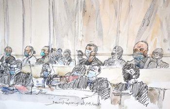 Este boceto judicial realizado el 2 de septiembre de 2020 en el juzgado de París muestra a los catorce acusados y sus abogados en la apertura del juicio de los cómplices de los asesinatos yihadistas de Charlie Hebdo en 2015.