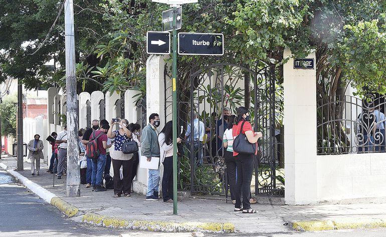 Largas filas en las oficinas de atención al público de Catastro en Fulgencio R. Moreno   e  Iturbe.