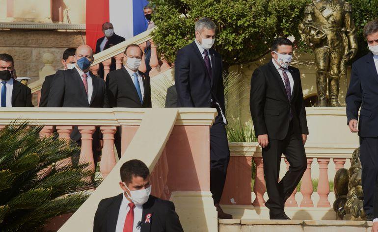 El presidente Mario Abdo Benítez (c) camina pensativo junto con el censurado por el Senado, el   ministro de Educación, Eduardo Petta, (der.). Fue  esta semana en el Palacio de López.