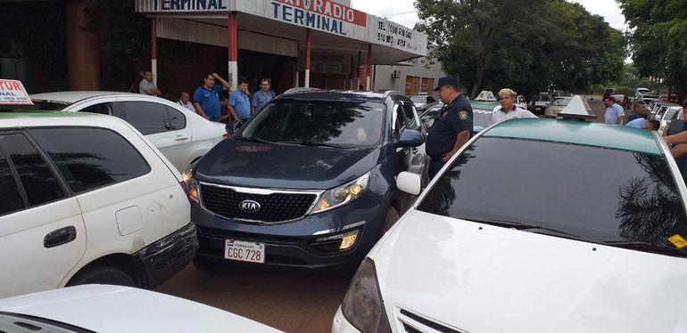 Uno de los vehículos que fue retenido ayer por los taxistas.