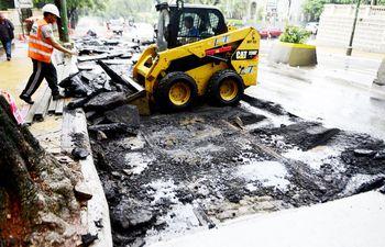 las-vias-del-tranvia-se-pudieron-ver-al-ser-removido-el-asfalto-vuelven-a-ser-sepultadas-al-colocarse-el-nuevo-pavimento--202012000000-1826739.jpg