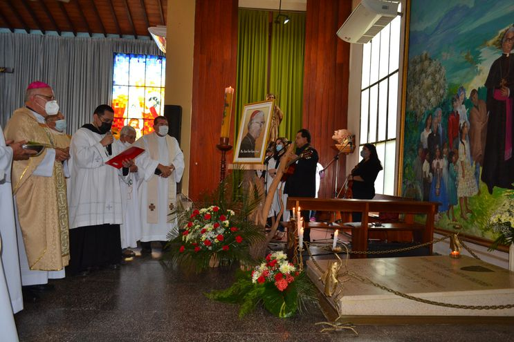 El obispo de Carapeguá, monseñor Celestino Ocampo, rezó el responso ante la tumba de monseñor Ramón Bogarín Argaña, en la Catedral de San Juan Bautista, Misiones.