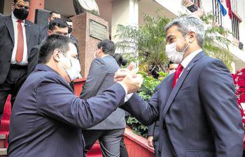 Sonrientes. Horacio Cartes saluda a Mario Abdo en sede de ANR.