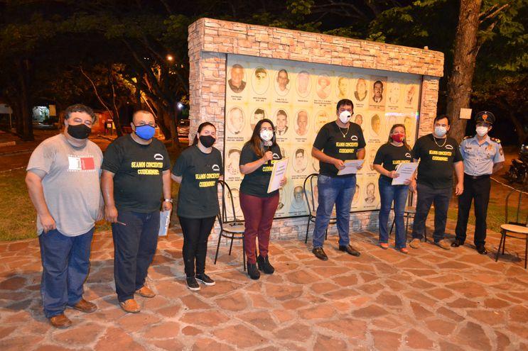 Comunicadores promueven un programa en vivo desde la plaza Boquerón de San Juan Bautista, Misiones con el objetivo de concienciar a la población local, en una zona roja de contagios. .