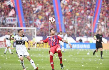 Fernando Amorebieta intenta despejar el esférico ante la presión de Néstor Camacho, durante el clásico del año en La Nueva Olla.
