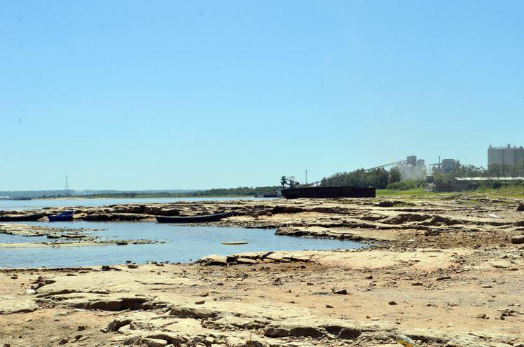 Las rocas quedaron al descubierto con la acelerada bajante del río Paraguay en la zona de Villeta y afecta la actividad de empresas navieras y pescadores.