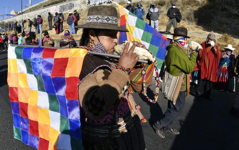 Un religioso Aymara participa de una marcha de sindicatos de trabajadores este martes en El Alto, Bolivia.