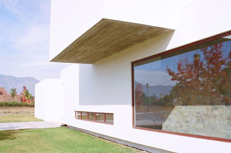 El vidrio antirrobo en la casa puede ser instalado en las ventanas o ventanales.