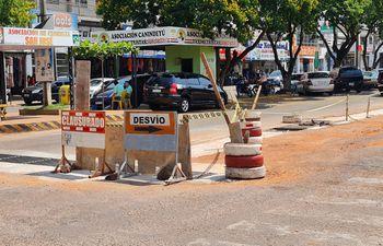 Obra inconclusa sobre la avenida principal de Salto del Guairá