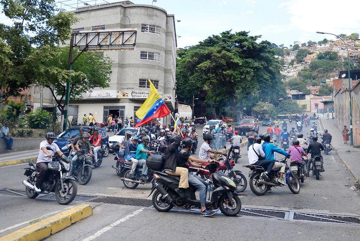 """Varios """"colectivos"""" (grupos formados y armados por el chavismo) se desplazan en motos, y disparan al pasar ante marchas opositoras."""