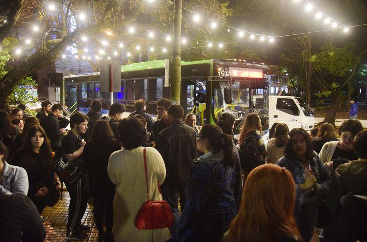 Decenas de personas aguardaban  para abordar uno de los varios buses gratuitos que partieron de la Plaza de los Héroes, tras el acto de apertura oficial del evento.