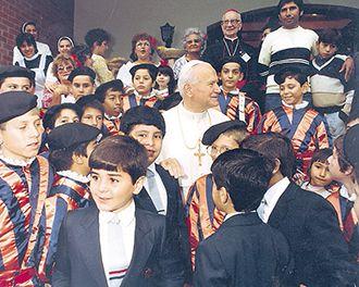 """Niños ataviados como los guardias suizos """"protegieron"""" a Juan Pablo II cuando visitó nuestro país en 1988."""